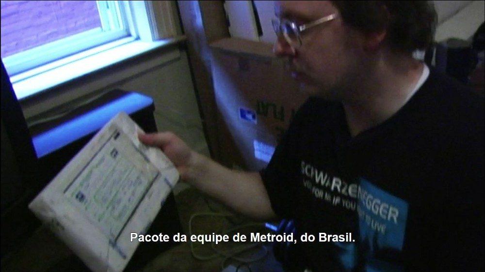 Robert Mruczek, um dos juízes da Twin Galaxies, recebendo uma das fitas VHS para avaliação