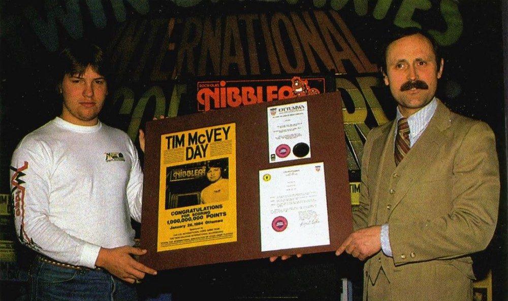 Tim McVey sendo condecorado por Walter Day pelo recorde de 1 bilhão de pontos no jogo Nibbler