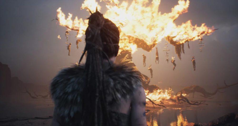 Uma das diversas visões que atormenta Senua: uma arvore em chamas, com cadáveres pendurados em seus galhos.